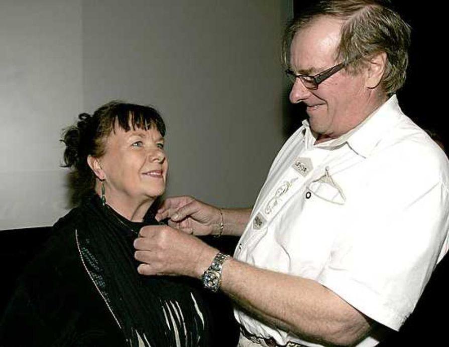Siirin päivän kultainen kaulin -palkinnon sai näyttelijä Anneli Juustinen. Oulun Korun toimitusjohtaja Mikko Keisu kiinnitti  kaulinketjun.