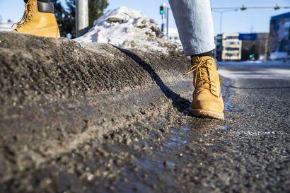 Polannekorokkeet jalkakäytävillä ja urat ajoväylillä ärsyttävät Rovaniemellä – Kaupungin urakoitsija kertoo, miksi jäisistä muhkuroista on vaikea päästä eroon