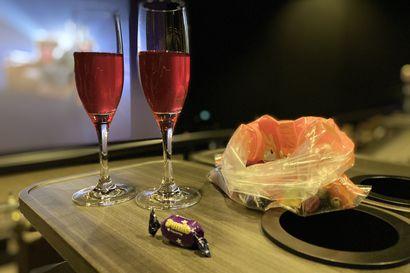 Baarisa: Finnkino Plazan Luxe-salissa voi kilistää drinksua löhöpenkissa samalla kun katsoo murhamysteeriä