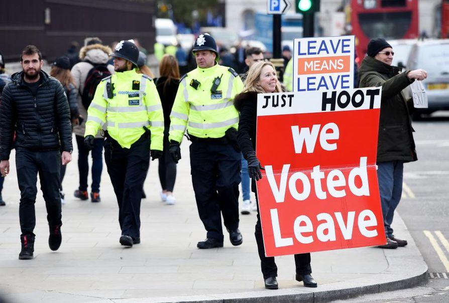 Mielenosoittaja muistutti vuonna 2016 järjestetyn kansanäänestyksen tuloksesta Britannian parlamenttitalon eli Westminsterin palatsin edustalla keskiviikkona.