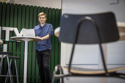 Osa Oulun yliopiston opiskelijoista on pitänyt etäopiskelusta, mutta osa kaipaa jo luentosaleihin – yliopisto on panostanut mahdollisuuteen osallistua luennoille niin etänä kuin paikan päällä
