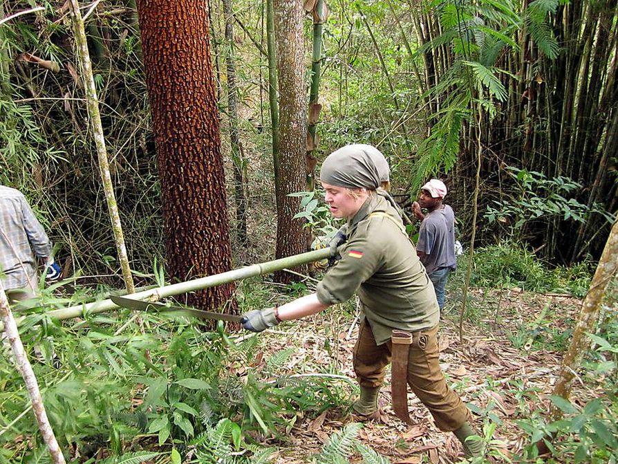 Esko Heikkilä muotoilemassa vaarnaa viidakkoveitsellä. Jokaisella oppilaalla oli oma veitsensä raivaustöitä varten.