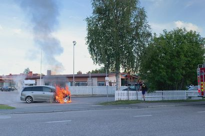 Pelastuslaitos saapuu sammuttamaan Kirkkokedon koululla palavaa autoa.