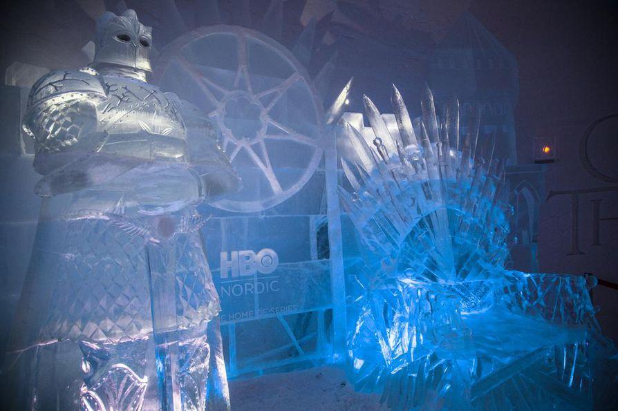 Lumihotellin ravintolassa on jäästä tehty, Westerosin hallitsijan rautaistuinta muistuttava valtaistuin.
