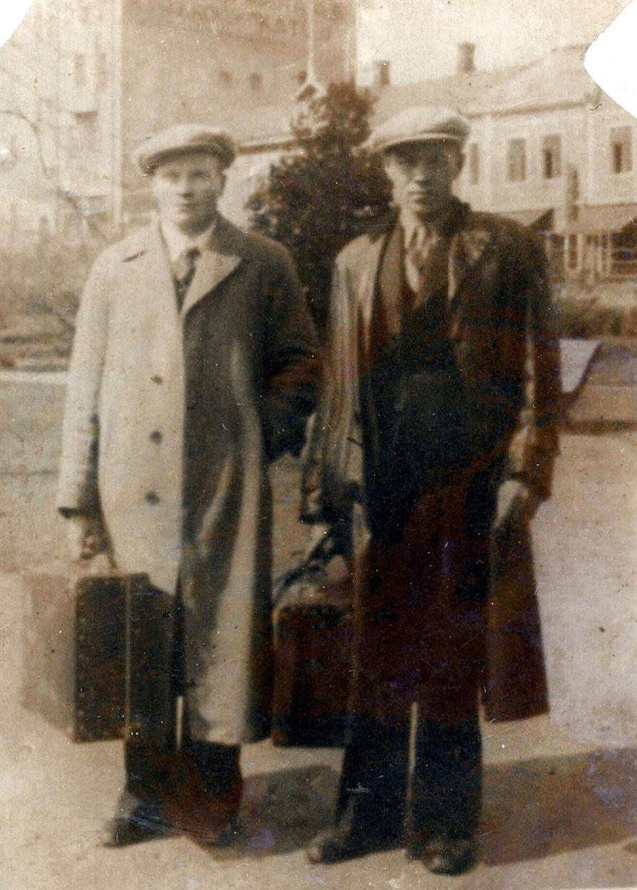 Hannes Sankelo (oik.) on lähdössä Kanadaan tuntemattomaksi jääneen matkatoverinsa kanssa maaliskuussa 1929. Kuva Paula Sankelon perhealbumista.