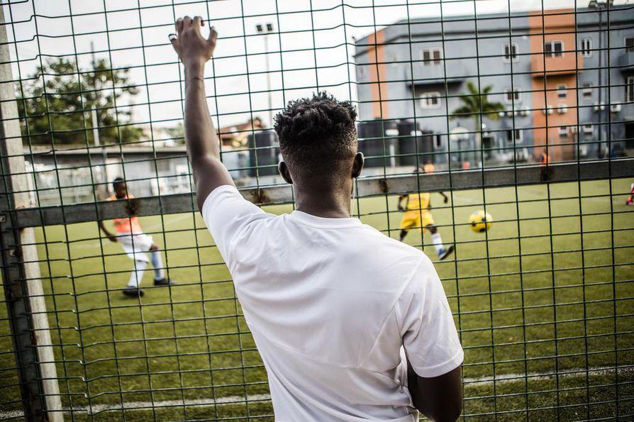 Issah Yakubu seuraa pienten lasten pelaamista. Pelaaminen noin nuorena ei ole hänelle tuttua. Yakubu aloitti jalkapallon vasta 17-vuotiaana.