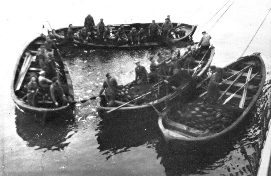 Veneitä lähdössä sillinpyyntiin, 1930-luvun lopulla Islannin vesillä. Hailuotolaisen Helvi Isola-Pernulan albumista.