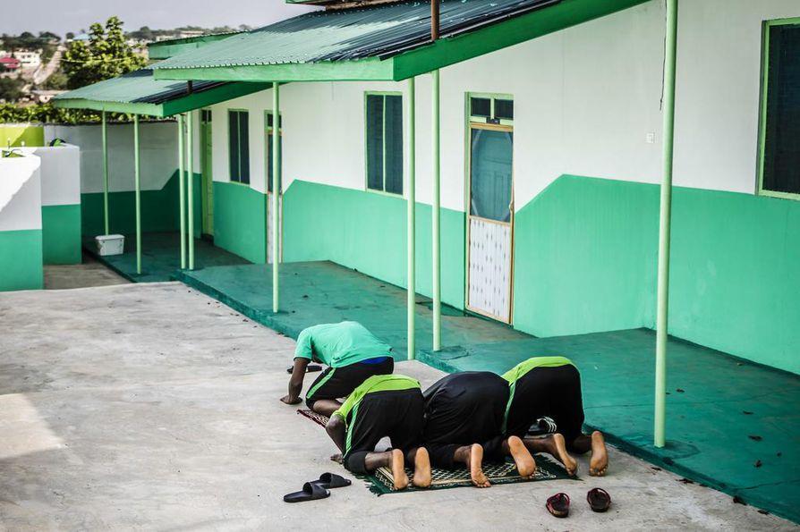 Pelaajat rukoilevat ennen harjoituksia ja niiden jälkeen. Seurassa pelaa kristittyjä ja muslimeita.