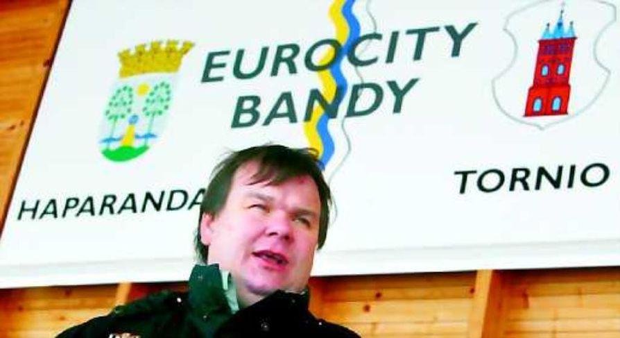Rajayhteistyön kannattaja. Eurocity Bandy pelaa Ruotsin sarjassa ja ToPV Ruotsin puolella. Markku Taramaalla on näppinsä pelissä molemmissa seuroissa.
