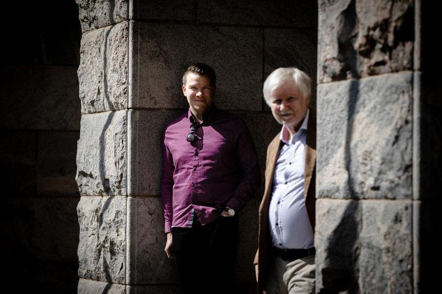 """Demarinuorten puheenjohtaja Mikkel Näkkäläjärvi ja pitkäikäinen kansanedustaja Erkki Tuomioja toivovat puolueen toiminnalta johdonmukaisuutta. """"Kaikki puolueet ovat olleet leikkaamassa sosiaaliturvaa, mikä näkyy ihmisten reaktioissa"""", Tuomioja arvioi."""