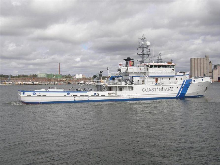 Rajavartiolaitoksen Tursas-vene uudessa sinivalkoisessa värityksessään.