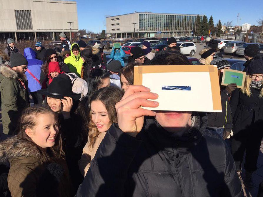 Oulun torilla tarkasteltiin auringonpimennystä perjantaina päivällä.