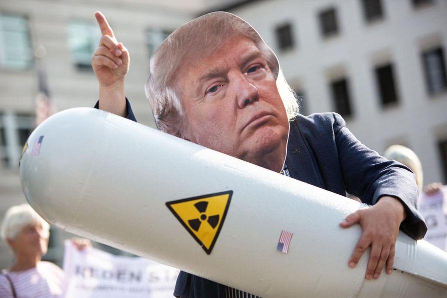 Saksalaisella aktivistilla oli Yhdysvaltain presidenttiä Donald Trumpia esittävä maski kun hän osoitti mieltään Yhdysvaltain INF-sopimuksesta vetäytymistä vastaan Berliinissä 1. elokuuta.
