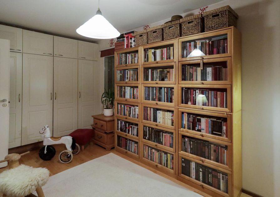 Kirjahyllyn lasiset ovet pitävät pölyn poissa, mutta avaavat näkymän kirjoihin.