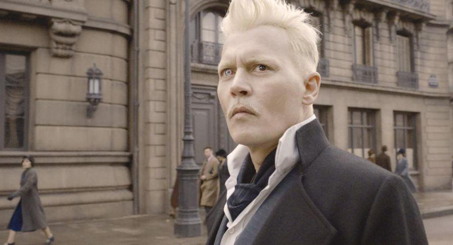 Pimeyden velho Gellert Grindelwald (Johnny Depp) aikoo nostaa puhdasveriset velhot valtaan.