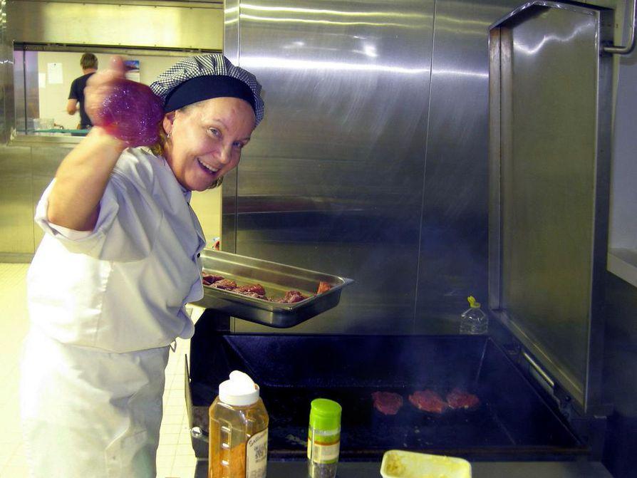 Merimieskokki Anne-Marie Takalo valmisti pihvejä lauantaipäivän kunniaksi Raaheen ja Kokkkolaan ajaneen Kumpula-laivan keittiössä. Kuva on vuodelta 2013.