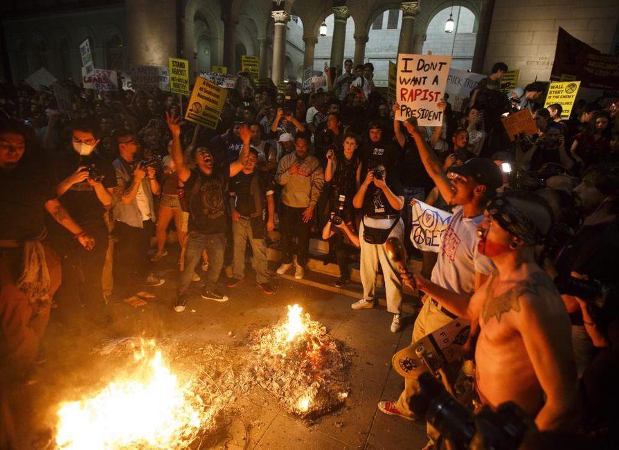 Los Angelesissa protestoijat kokoontuivat nuotion ympärille.