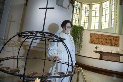 Riikka Reina saarnasi tyhjässä kirkossa ja piti hautajaiset ilman muistotilaisuutta – Koronavirus mullisti kirkon toimintatavat yhdessä yössä