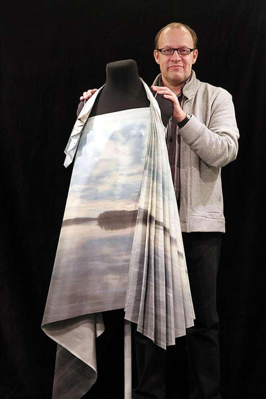 """Puvun muoto on tärkeä Pasi Räbinälle, ja kuka vaatteen sisällä on. """"Idea ei riitä, myös  toteutus pitää saada skarpiksi"""", hän sanoo. Omamaisema-kokoelman puvut on toteuttanut teatteriompelij"""