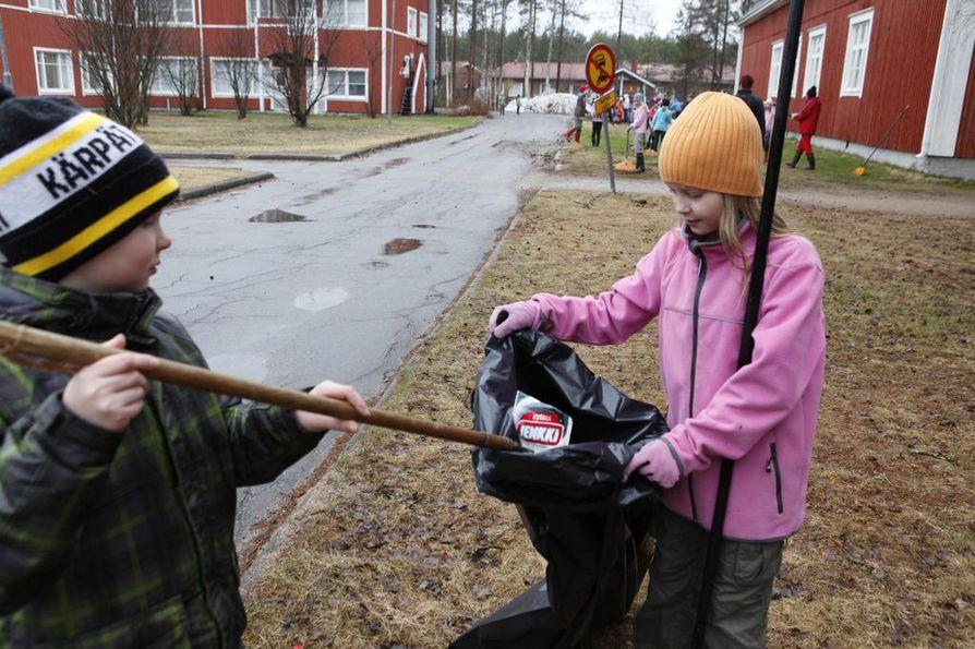 Siiri Poropudas ja Topias Malinen keräsivät Lakarin koulun ympäristöstä isot määrät roskia. Jätesäkkiin tiensä löysivät niin paperiset  mehupurkit kuin metalliesineetkin.