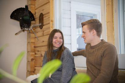 Tarja ja Konsta jäivät Tyrnävälle – Lumijärvet rakensivat unelmiensa talon omin käsin hirrestä Ängeslevänjoen varteen