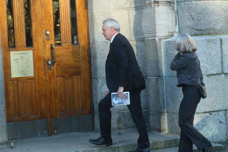 Myös entinen pääministeri Antti Rinne saapui Kallion kirkkoon.