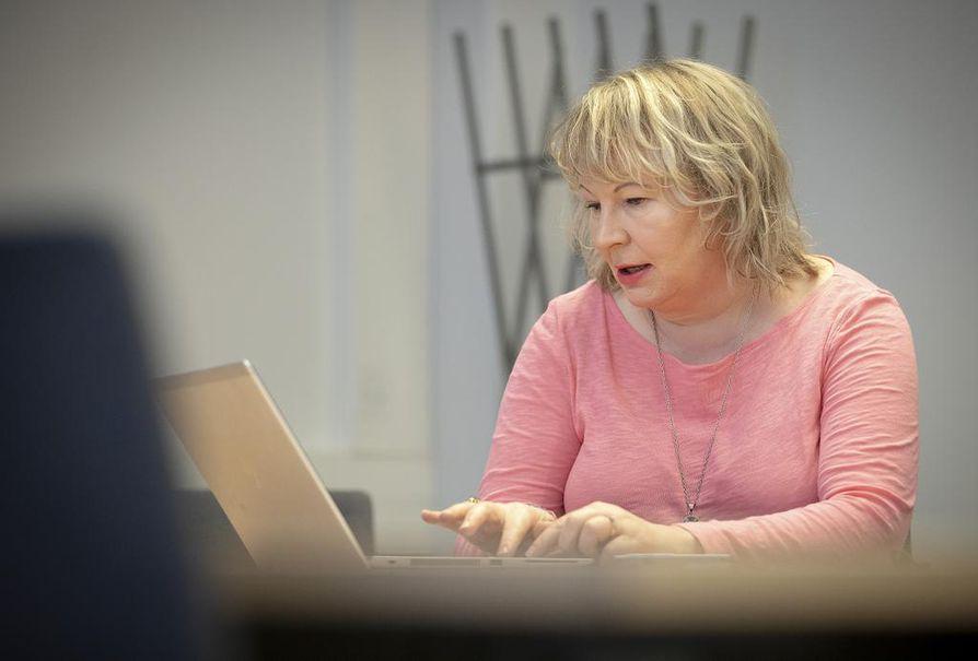 """Englannin kielen lehtori Elina Bergroth on havainnut, että osa suomalaisista vähättelee englannin kielen taitojaan. """"Ihmettelen, mistä mieliimme on iskostunut käsitys, jonka mukaan pitäisi olla syntyperäisen veroinen puhuja."""""""