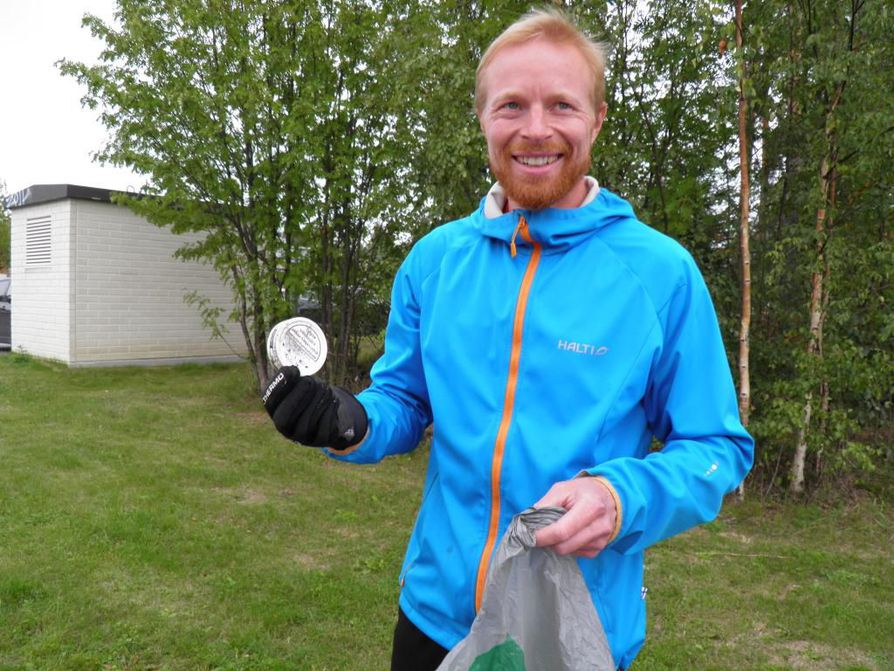 Jussi Isoaho esittelee nuuskapurkkia, joka on yksi Oulun yleisimmistä roskista.