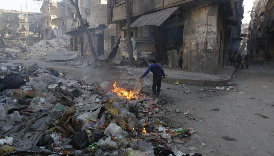 Paikallisten palojen sammuttaminen on pieni murhe, jos ilmastonmuutokseen liittyvät konfliktit yleistyvät tai pahenevat. Kuva Syyrian Alepposta, jossa sodan alkusysäyksenä oli poikkeuksellinen kuivuus.