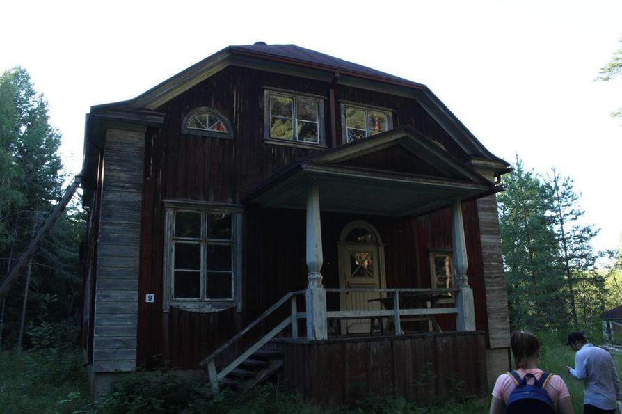 Osa saaren taloista on päässyt huonoon kuntoon.