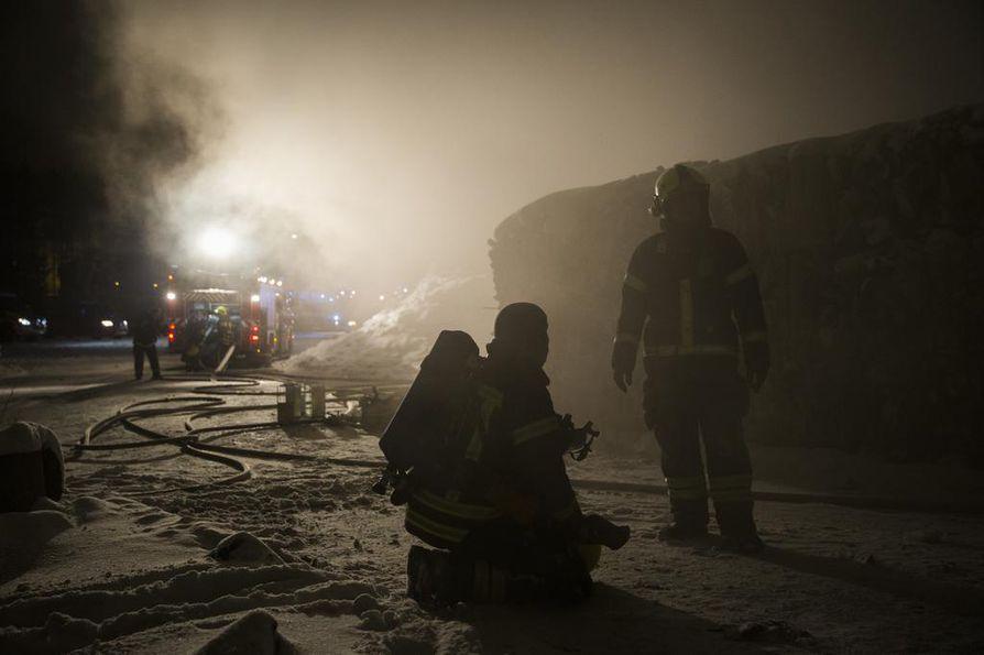 Pelastuslaitokselta kerrotaan, että rakennus on noin tuhannen neliön tuotantohalli, jossa paalataan, murskataan ja lajitellaan paperia.