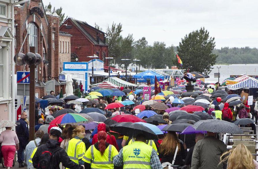 North Pride -kulkue marssittiin pienessä tihkusateessa.