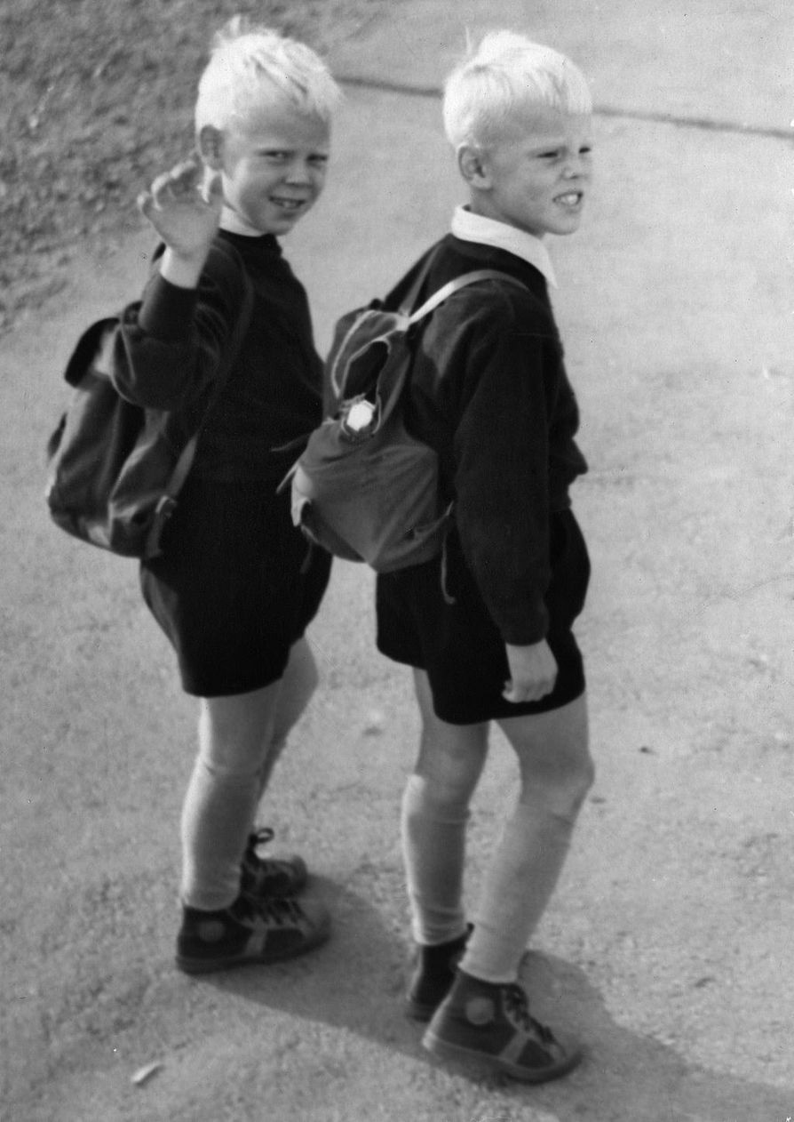 Veli-Pekka ja Vesa-Matti Loiri matkalla kouluun syksyllä 1953.