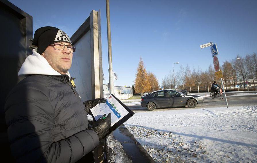 """Liikenneturvan yhteyspäällikkö Eero Kalmakoski seurasi stop-merkin noudattamista Paljetien ja Joutsentien risteyksessä. """"Stop-merkki on valittu tähän aiheesta. Risteys on erityisen vaarallinen."""""""