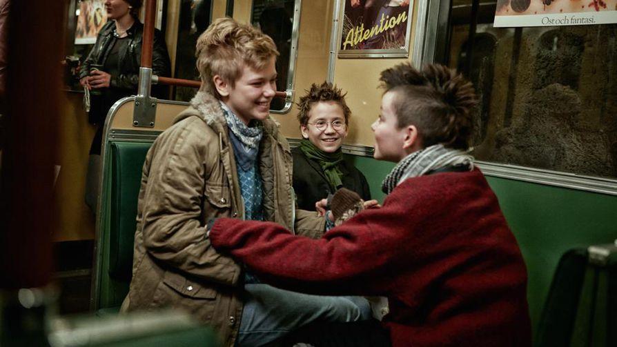 Liv LeMoyne, Mira Barkhammar ja Mira Grosin ovat päärooleissa Me ollaan parhaita -elokuvassa.
