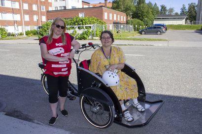 Suviseilari seilaa Pruntsin korttelissa - ikäihmisille suunnattu riksapyörätoiminta rantautuu myös Meri-Lappiin