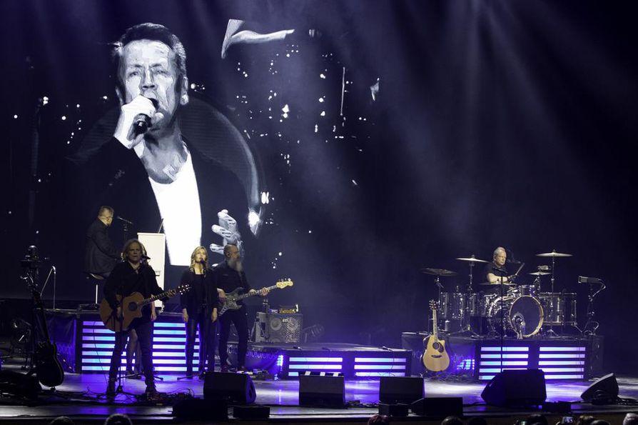 Yö-yhtyeen keulahahmo ja laulaja Olli Lindholm kuoli yllättäen 54-vuotiaana sairauskohtaukseen.