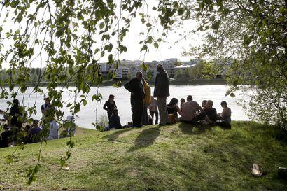Juhlat eivät loppuneet valomerkkiin Rovaniemellä – Sadat ihmiset siirtyivät rannalle, jossa oli vilkasta pitkälle aamuyöhön