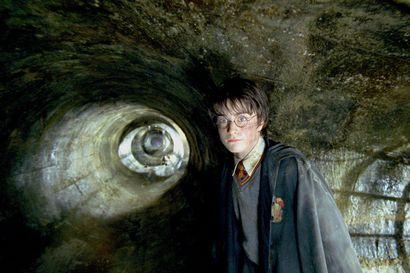 Harry Potter -elokuvassa lumous kivettää ihmiset ja seinille ilmestyy verellä töhritty varoitus