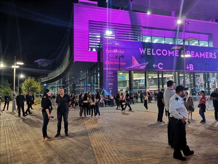 Tel Avivin konferenssikeskukseen on tiukat turvatarkastukset. Tapahtumapaikan ulkopuolella vartioi myös poliiseja.
