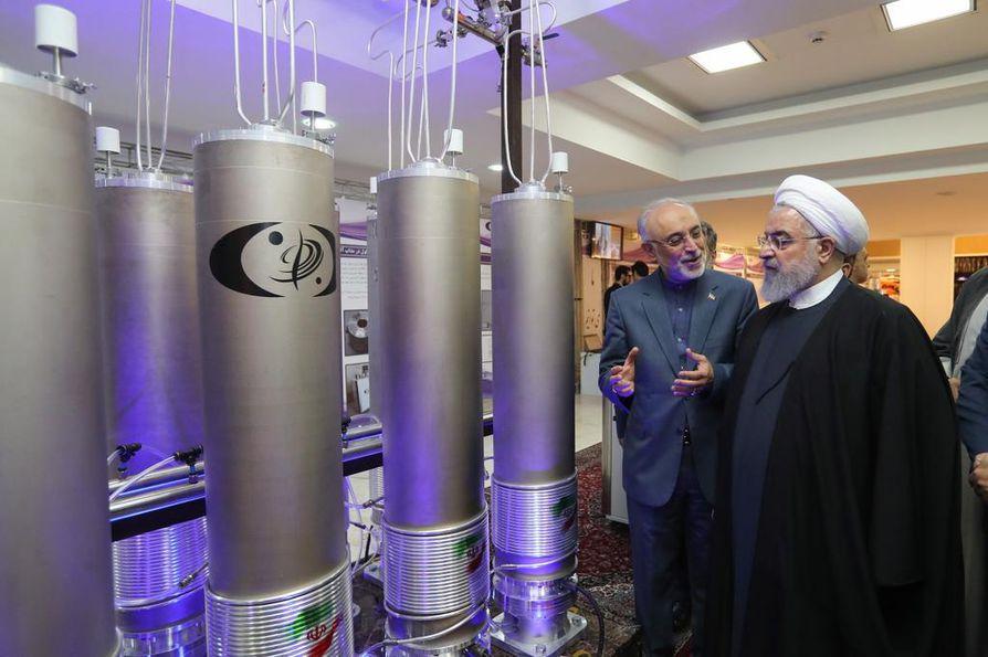 Iranin presidentti Hassan Ruhani (oik.) ja Iranin ydinteknologiatarkastaja  Ali Akbar Salehi vierailivat iranilaisessa ydinlaitoksessa huhtikuussa.