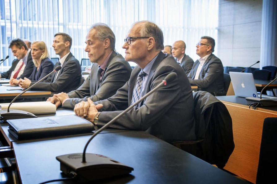 Eläkkeelle jäänyt poliisiylijohtaja Mikko Paatero (etualalla) on yksi syytteessä olleista korkeista poliisijohtajista.