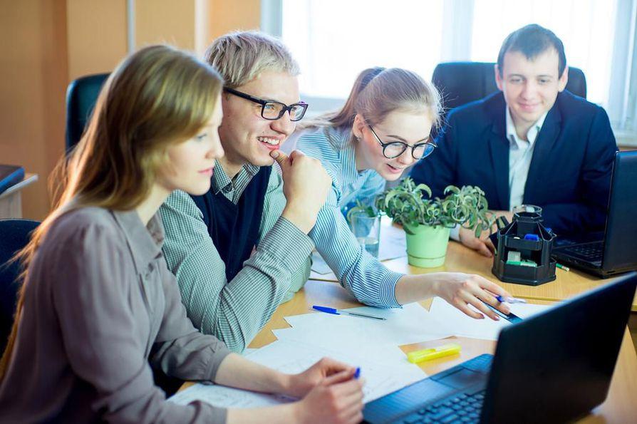 Työsuhteen laadusta riippumatta työn tulosten näkemisellä, työyhteisön sosiaalisella ilmapiirillä ja esimiehen tuella on tutkimusten mukaan suurin vaikutus työn imun kokemiseen.