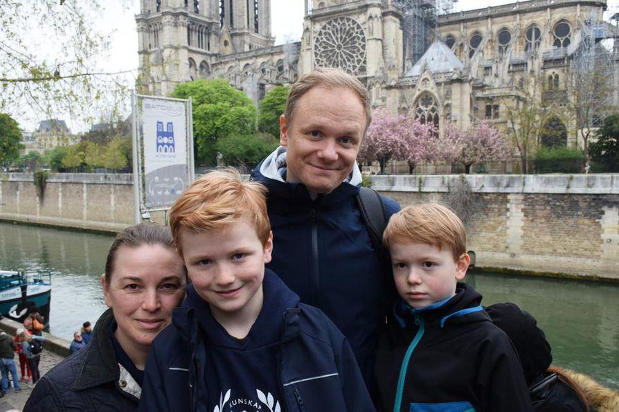 Tukholmalainen Hjelsgergin perhe – Mirja, David, Henrik ja Jacob – olivat hyvin suruissaan Notre-Damen kohtalosta. Vanhemmat uskovat kuitenkin, että kymmenen vuoden päästä koko perhe näkee katedraalin uudelleen upeana.