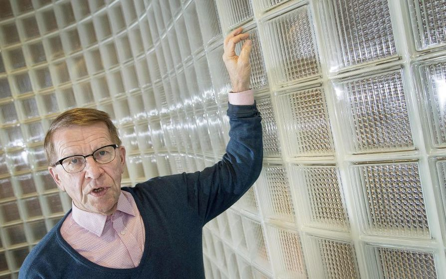 Säteilyturvakeskuksen (STUK) pääjohtajana vuosina 1997–2012 työskennellyt Jukka Laaksonen toimii nyt RAOS Project Oy:n toimitusjohtajan neuvonantajana. Hän kuuluu myös Rosatomin pääjohtajan nimittämään viisihenkiseen neuvonantajaryhmään, joka tapaa Venäjän valtion omistaman ydinvoimayhtiön ylintä johtoa pari kertaa vuodessa.