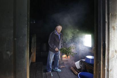 """Kuuden saunan mies Esko Piipponen passaa turisteja syrjäisellä Kouvan kylällä Pudasjärvellä–""""En malta olla tekemättä töitä, kun vielä hyvin pystyn."""""""