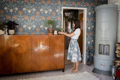 Suvun huonekalut pääsivät oikeaan paikkaan hyvin säilyneessä rintamamiestalossa – Pauliina Honkala on tyytyväinen, ettei puuseppämies antanut vaihtaa kaappien ovia