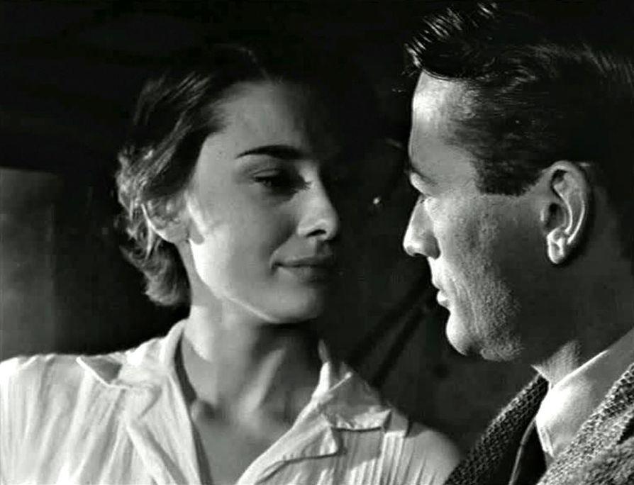 Audrey Hepburn on prinsessa, joka karkaa Roomassa omille teilleen ja kohtaa jymyjuttua metsästävän lehtimiehen (Gregory Peck) Loma Roomassa -elokuvassa.