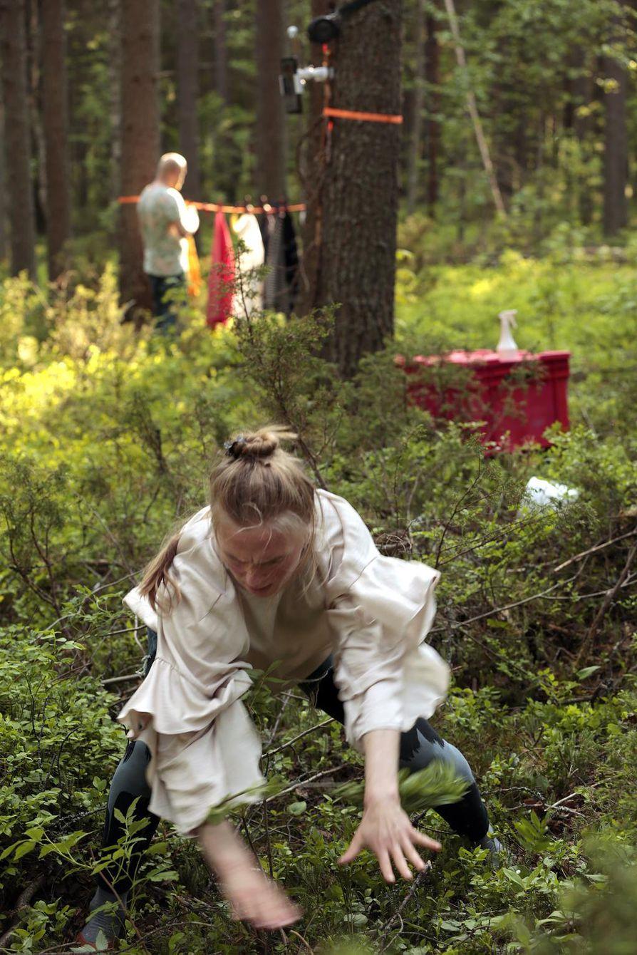 Taide menee nyt rymisten metsään. Sammalikkoa hämmentää tanssija Laura Koistinen.