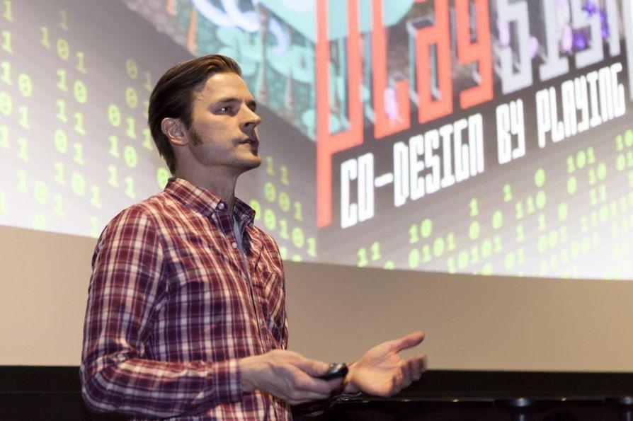 Playsignin Tomi Hurskainen piti myyntipuheen ensimmäisenä Nestholma Demo Dayssä Oulun Finnkino-elokuvateatterissa torstaina.